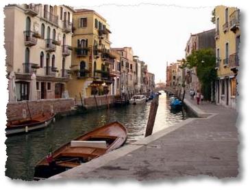 Barchino ormeggiato lungo le rive di un canale di Venezia
