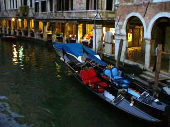 Gondole fuoriservizio davanti ristorante di venezia